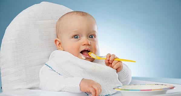 宝宝在4-6个月的时候就要添加辅食了,很多家长常常在纠结自己的宝宝根本不爱吃辅食,总是吃一点就不愿意吃了,或者要边吃边陪他玩,甚至直接拒绝。究竟宝宝不爱吃辅食,该怎么办呢? 在宝宝婴儿期添加辅食,是为了能够帮助宝宝从乳类喂养到成人饮食的过渡,所以每个阶段的给宝宝添加适当的辅食是非常必要的。但是有的宝宝可能会因为各种原因不喜欢吃辅食,应对不爱吃辅食的宝宝,妈咪们可以试试以下方法:   1.