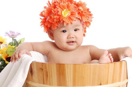 小孩可爱洗澡图片
