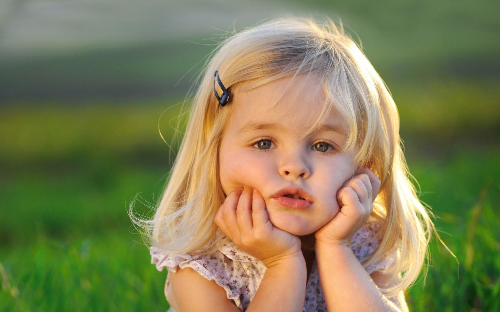 如今,不少爸妈会安排宝宝(特别是1岁内的小婴儿)在家中理发,一来带宝宝去理发店不是很方便,宝宝外出很容易睡着;二来小宝宝对象中的环境要熟悉,比较容易配合。理发店陌生、吵闹的环境可能会让宝宝要加不安。   在家中给宝宝理发,除了选择安全、好用的理发工具(如易简理发器)。一定要注意剃头的操作原则:   准备:   1、在购买婴幼儿理发工具时,选择可靠的品牌和安全的产品,也可以在育儿论坛上或向周围的人取取经。   2、准备理发前用香皂和清水清洁手指,保证手部的卫生,用酒精棉彻底消毒用来理发的推子。   铺